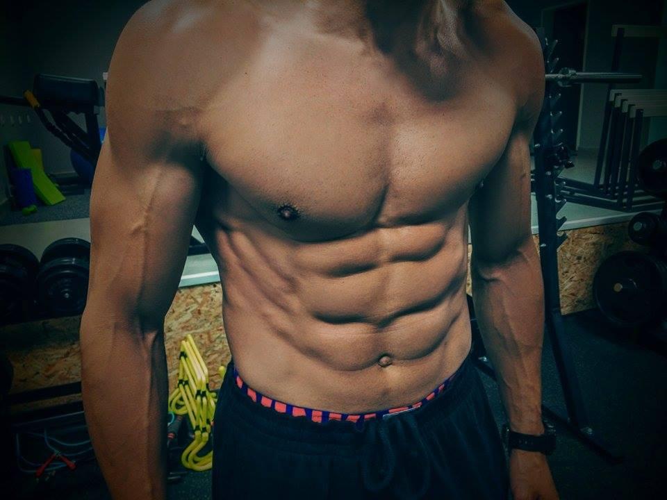 Симетрията и плътността на мускулите е видима при нисък процент мазнини.