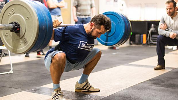 Клекът с щанга позволява постоянно увеличаване на съпротивлението-тежестта.